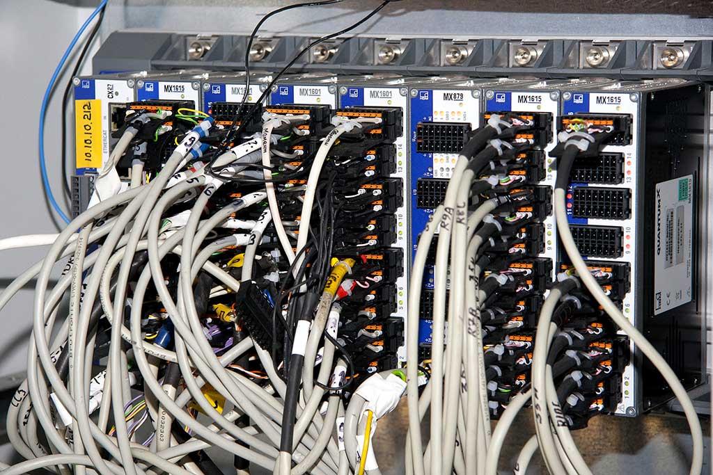 Módulos QuantumX montados sobre un chasis, listos para medir con docenas de canales